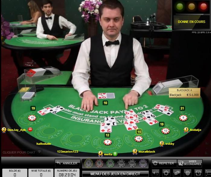 Table de Blackjack avec croupier en direct