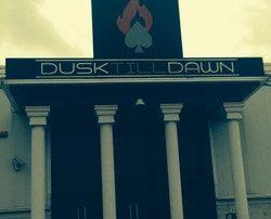 Jake Cody remporte le tournoi de poker au casino Dusk Till Dawn et mise son gain a la roulette