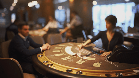 Croupier de casino derriere une table de blackjack