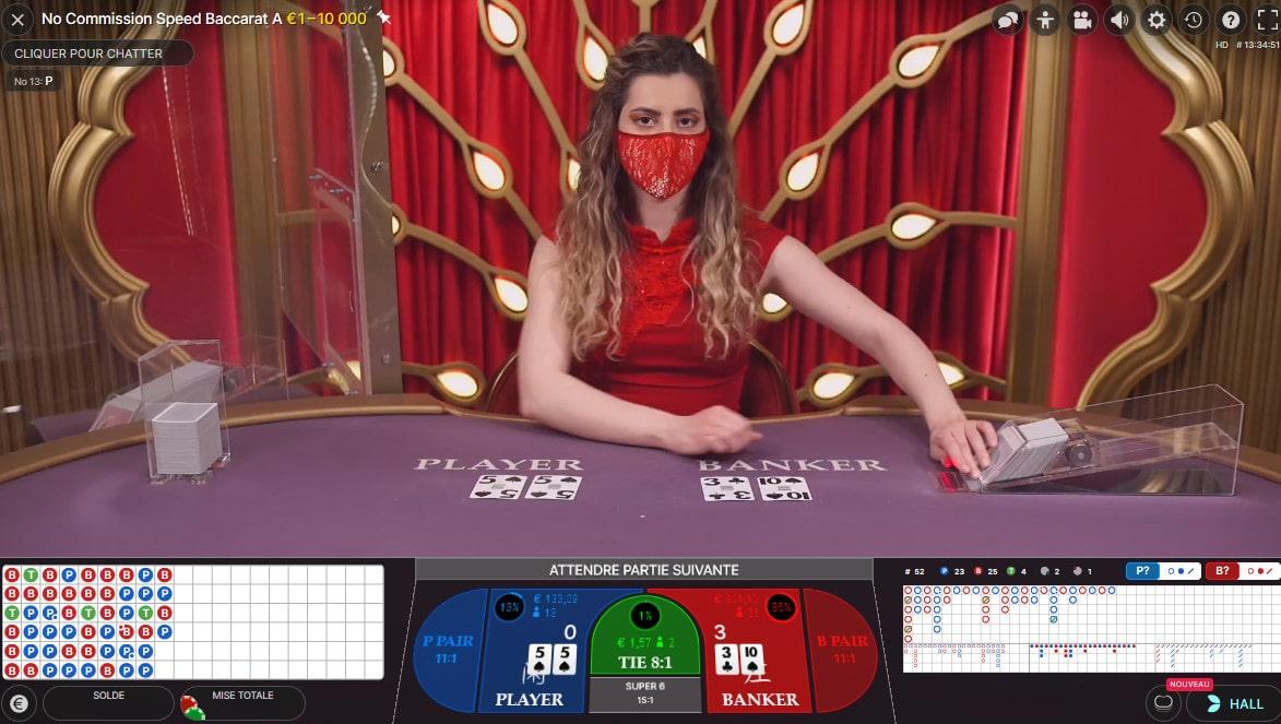 table de jeu de No Commission Baccarat avec une croupière en live